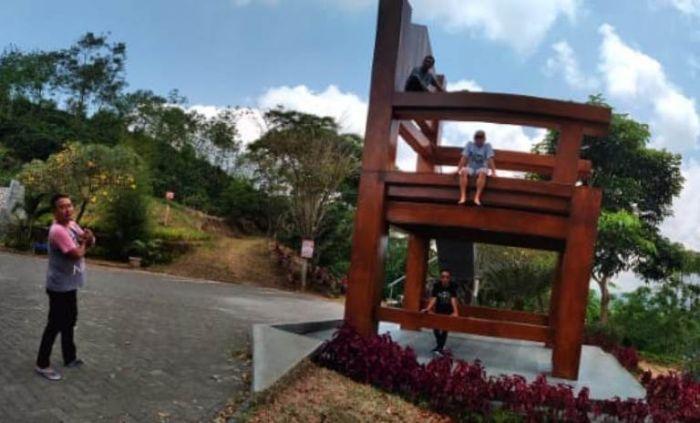 Kursi raksasa ini menjadi favorit pengunjung.