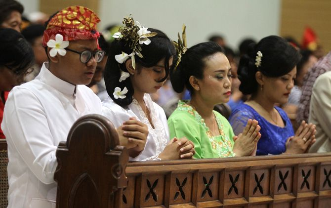Jamaah Gereja Santo Yosep Jl Pemuda Kota Mojokerto melaksanakan ibadah malam Natal, Senin (24/12) malam. Jamaah mengenakan baju adat.