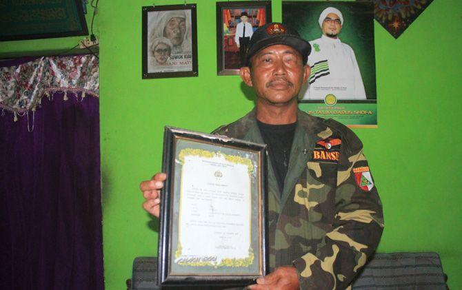 Amir Sagianto saat menunjukkan bukti kenangan dirinya sebagai saksi atas tragedi bom Natal yang menewaskan rekannya, Riyanto.