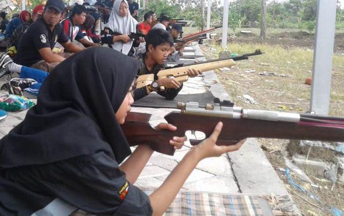 Atlet menembak putri Kabupaten Mojokerto berlatih bersama klub dari empat daerah di Lamongan dua pekan lalu.