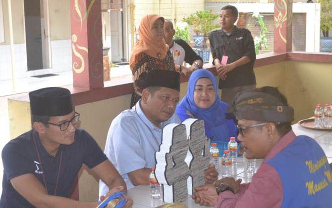 Cawapres nomor urut 02 Sandiaga Uno (kanan) didampingi tim kampanye berbincang dengan narapidana kasus pemilu Suhartono (kanan) di Lapas Kelas II B Mojokerto.