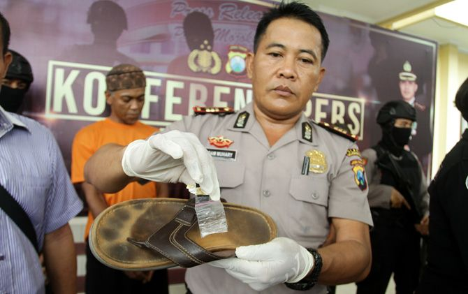Barang bukti dari tangan tersangka saat diamankan petugas di Mapolres Mojokerto.