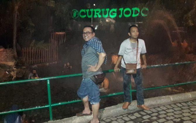 Pengunjung saat menikmati destinasi Curug Jodo Bandung.