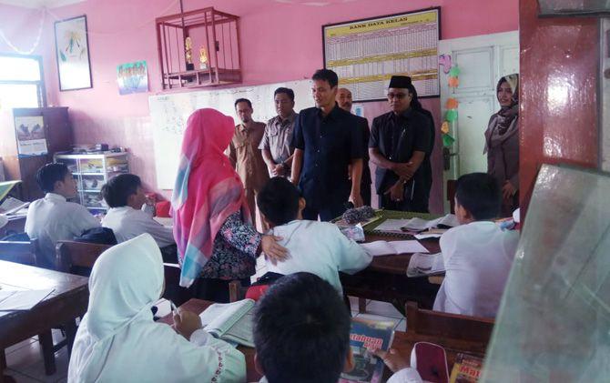 Anggota DPRD Kota Mojokerto melihat langsung KBM inklusi di sekolah dasar.