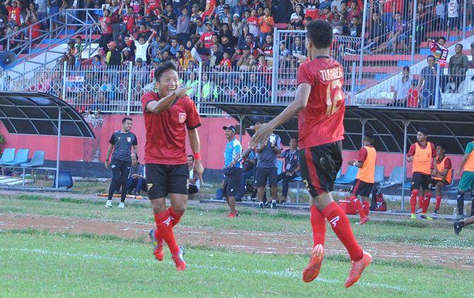 Penyerang PSMP Kartanto (kiri) menunjuk Haris Tuharea (kanan) usai mencetak gol ke gawang Kalteng Putra di babak penyisihan grup timur Liga 2 musim 2018 lalu.