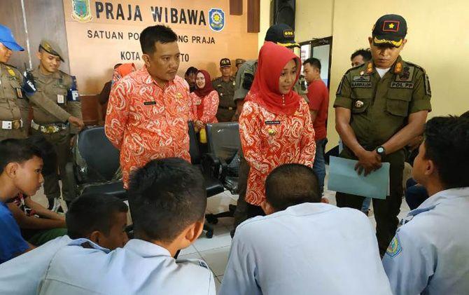 Wali Kota Ika Puspitasari (dua dari kanan) didampingi Kepala Dispendik Amin Wachid melakukan pembinaan pelajar yang terjaring razia di Kantor Satpol PP Kota Mojokerto.
