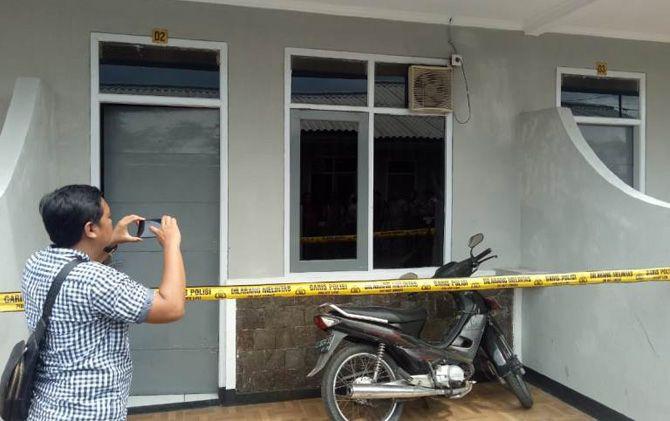 Anggota Polresta Mojokerto melakukan olah TKP di kamar Hotel Asri tempat korban menginap.