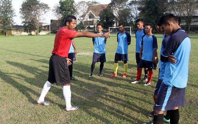 Pelatih Persem Mojokerto, Hartono memberikan instruksi kepada pemainnya di sela latihan menghadapi Liga 3 zona Jawa musim 2018 lalu.