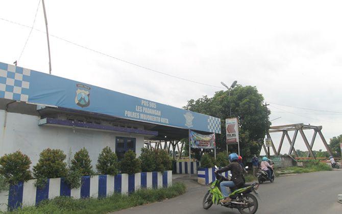 Pos polisi di Jalan Raya Terusan, Kecamatan Gedeg, Kabupaten Mojokerto yang sebelumnya adalah halte kereta api di jalur rel Stasiun Lespadangan.