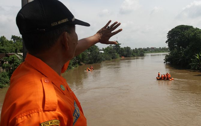 Tim gabungan saat berlatih misi penyelamatan di Sungai Pulorejo, Kecamatan Prajurit Kulon, Kota Mojokerto.