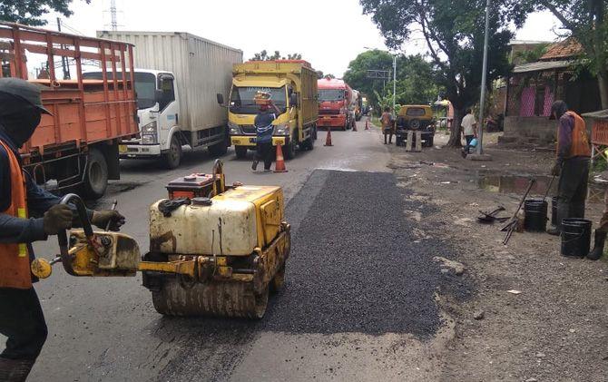 Petugas BBPJN melakukan perbaikan jalan menggunakan sistem tambal sulam di Jalan Raya Bypass, Desa Kenanten, Kecamatan Puri.