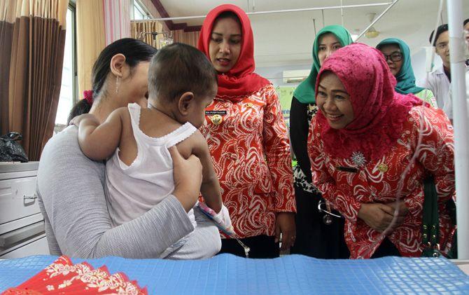 Wali Kota Ika Puspitasari dan Kepala Dinkes Christiana Indah Wahyu mengunjungi pasien DBD di RSUD dr Wahidin Sudiro Husodo