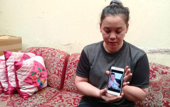 Ninis Eryani menunjukkan foto anaknya Irfan semasa hidup di rumahnya Desa Perning, Kecamatan Jetis, Kabupaten Mojokerto.