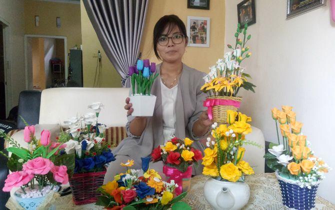 Iis Ratnawati menunjukkan hasil karyanya di rumahnya Perum Indraprasta, Desa Mlaten, Kec. Puri, Kab. Mojokerto.