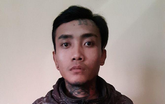 Tersangka Robet Subastiyan saat diamankan di Mapolres Mojokerto.