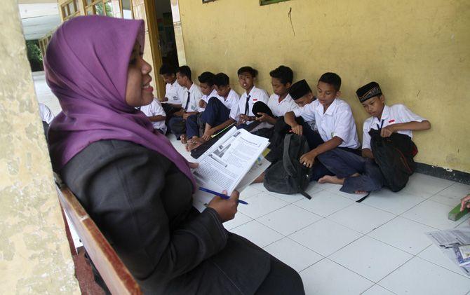 Puluhan siswa MTs Bahrul Ulum Kupang, Kec. Jetis, mengikuti proses belajar mengajar di teras kelas MI.