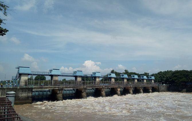 Intensitas hujan tinggi dalam waktu lama membuat debit air Sungai Brantas di pintu dam Rolak Songo mengalami peningkatan