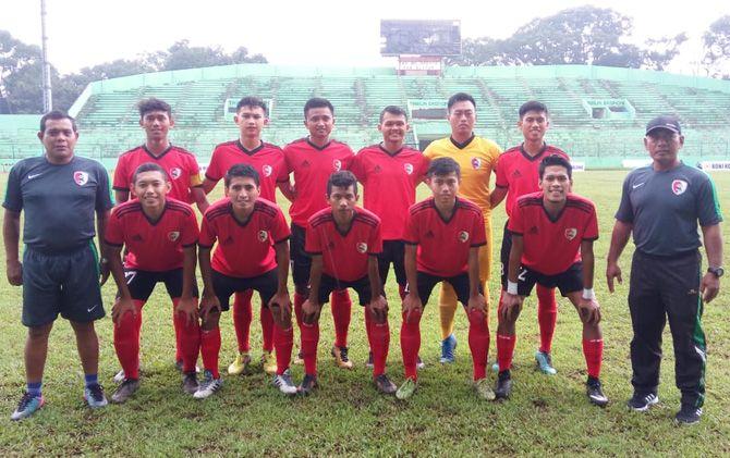 Para pemain tim sepak bola Porprov Kabupaten Mojokerto sebelum menjalani laga terakhir melawan Kabupaten Blitar di Stadion Gajayana, Malang.