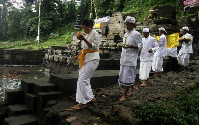Prosesi Melasti di Petirtaan Jolotundo, Kecamatan Trawas, Kabupaten Mojokerto.