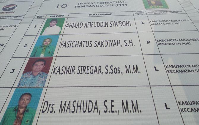 Foto dan nomor urut caleg Mashuda dari PPP saat masih terpampang di banner DCT di depan Kantor KPU Kab. Mojokerto.