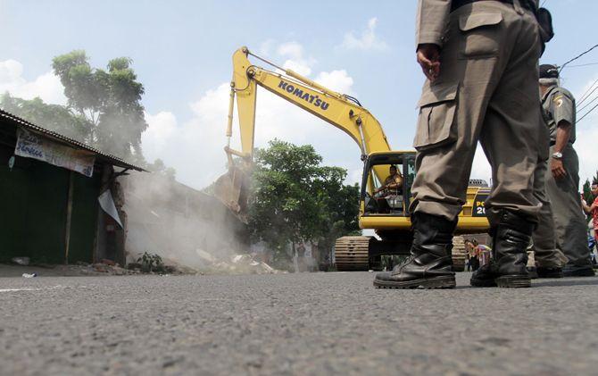 Petugas gabungan saat melakukan pembongkaran puluhan lapak yang berdiri di bahu Jalan Raya Canggu, Kec. Jetis, Kab. Mojokerto.
