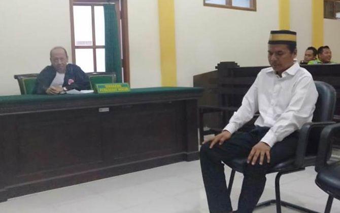 Rosat saat mendengarkan pembacaan putusan di PN Mojokerto, Senin (11/3).