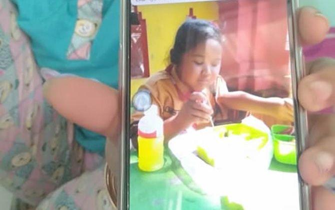 Foto insert Vanya Rizka Lovelya semasa hidup yang tersimpan dalam handphone ibunda Vanya, Muslimah.