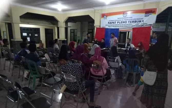 Petugas Dispendukcapil Kota Mojokerto saat melakukan perekaman e-KTP di Kelurahan/Kecamatan Prajurit Kulon.