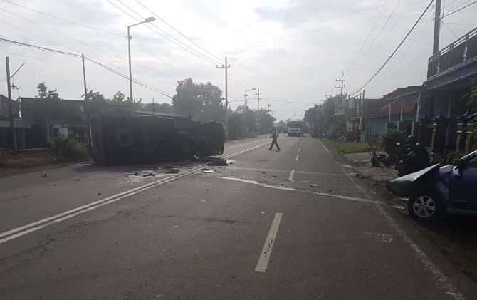 Mobil Toyota Avanz dan truk yang terguling pasca terlibat kecelakaan di Jalan Raya Jasem, Kec. Ngoro, Kabupaten Mojokerto, Minggu (17/3) pagi.