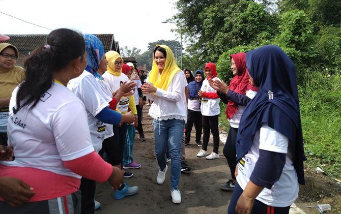 dr Dewi Ema Anindia disambut warga di Desa Kepuhanyar, Kecamatan Mojoanyar, Kabupaten Mojokerto.