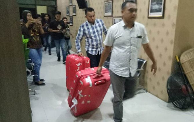 Dua penyidik KPK membawa barang bukti dua koper di dalamnya diduga dokumen yang disita.