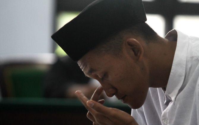 Terdakwa Dimas Sabhra Listianto saat mendengarkan pembacaan putusan majelis hakim PN Mojokerto.