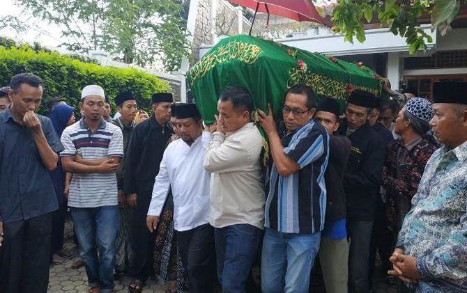 Bupati nonaktif MKP (baju putih berkopiah) saat mengantarkan jenazah putranya Jiansyah setelah dilepas dari rumah duka Desa Tampungrejo, Kec. Puri, Kab. Mojokerto.