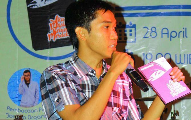 Ahmad Hakam Al Faqih dalam launching novel karyanya di Kediri