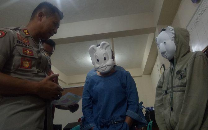 Kapolresta AKBP Sigit Dany Setiyono menginterogasi tersangka ED dan saksi NS di ruang Unit PPA Satreskrim Polresta Mojokerto.