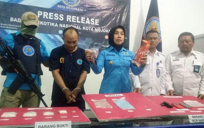 Kepala BNNK Mojokerto AKBP Suharsi menunjukkan barang bukti hasil ungkap kasus penangkapan Ahmad Fauzan di kantor BNNK.
