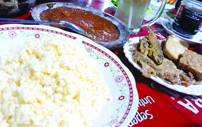 Nasi jagung dan sambel segar khas kuliner Pacet, Kab. Mojokerto.