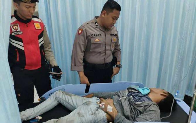 Dua anggota Polresta Mojokerto mengecek kondisi Zaenul di  UGD RS Gatoel, Kota Mojokerto.