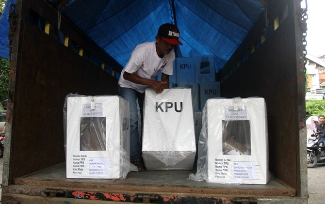 KPU sudah mulai mendistribusikan logistik pemilu berupa 16.105 buah kotak suara.