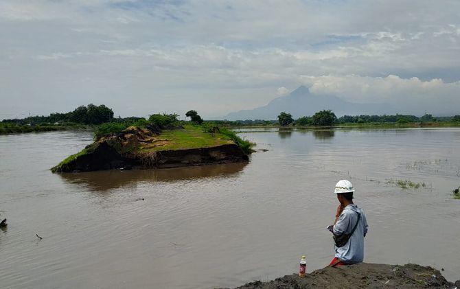 Tanggul Sungai Sadar di Desa Kebondalem, Kecamatan Mojosari, terputus akibat tak mampu menahan luapan debit air Senin (29/4).