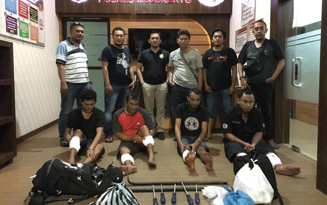 Empat dari lima komplotan pembobol brankas SMKN 1 Pungging, Kabupaten Mojokerto saat ditangkap Satreskrim Polres Mojokerto.