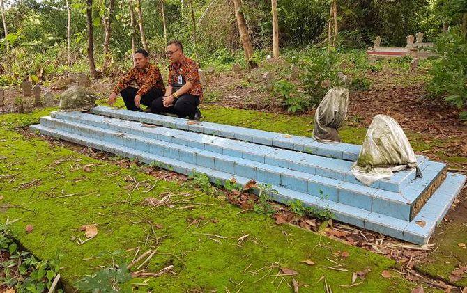 Makam R. Suwahyu di bukit di Dusun/Desa Jolotundo, Kecamatan Jetis, Kabupaten Mojokerto.