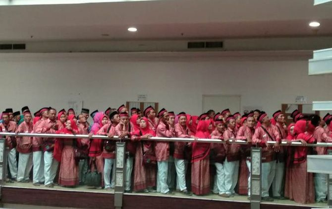 CJH asal Kabupaten Mojokerto melakukan perekaman biometrik di Kantor VFS Tafsheel, Surabaya, Jumat (3/5).