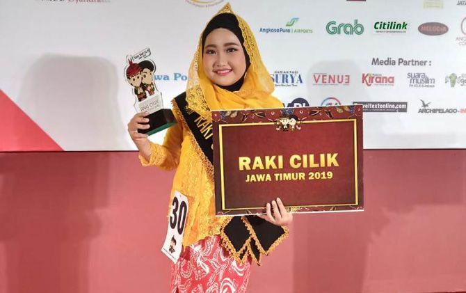 Alexa Salsabila Putri mengangkat trofi usai dinobatkan sebagai Raki Cilik Jatim 2019, Sabtu (4/5).