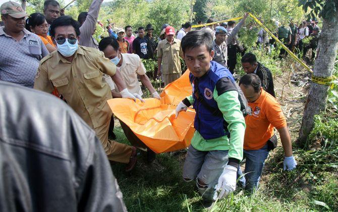 Petugas dibantu tim relawan mengevakuasi jasad korban yang ditemukan di hutan Desa Gunungsari, Kecamatan Dawarblandong, Kabupaten Mojokerto.