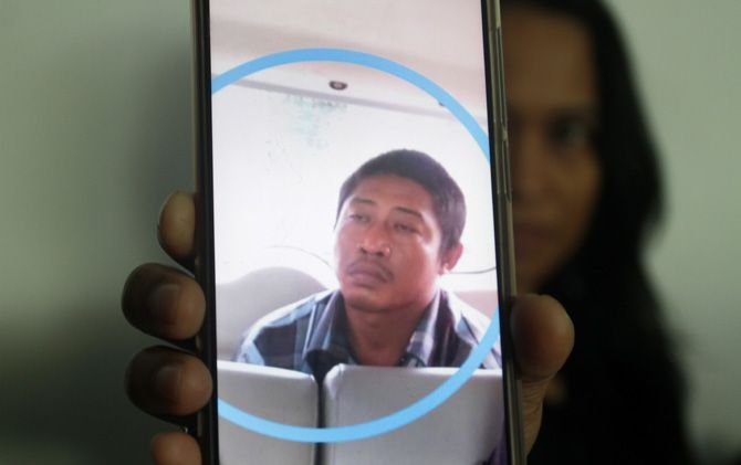 Salah satu tersangka pembunuhan korban Priyono alias Yoyok saat ditangkap petugas.