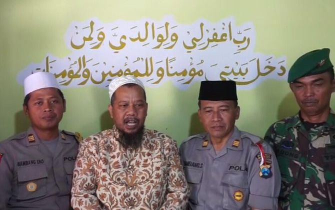 Anggota TNI dan Polri saat bersama KH Achmad Hartono. Masyarakat diimbau untuk tidak terprovokasi berita bohong atau hoax.