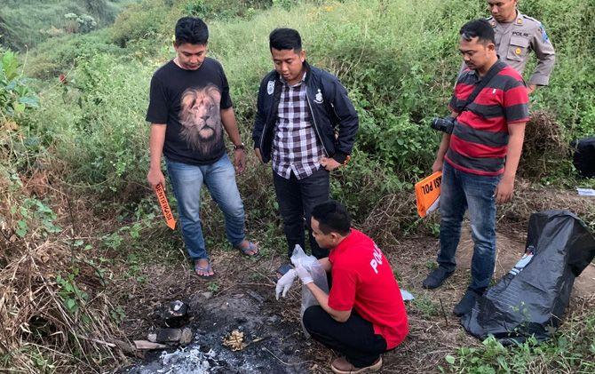 Kasatreskrim Polres Mojokerto AKP M. Solikhin Fery dan penyidik melakukan penyelidikan abu korban pembunuhan yang ditemukan di Desa Kesemen, Kecamatan Ngoro, Kabupaten Mojokerto.