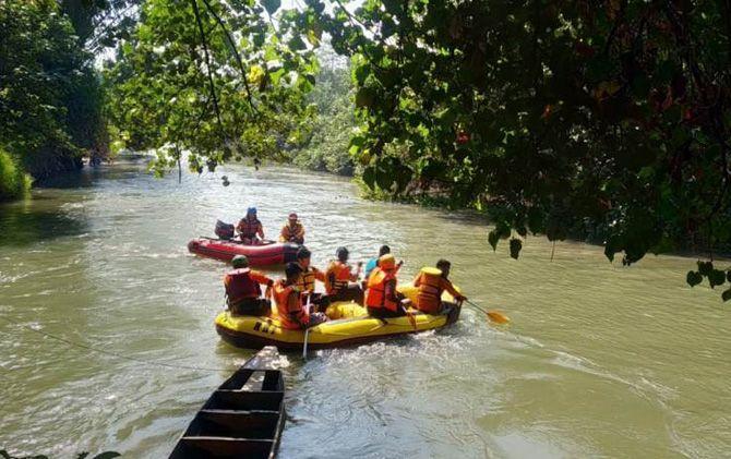 Tim SAR saat melakukan pencarian Suparji di Kalimas Dusun Wonoayu, Desa/Kecamatan Jetis, Kabupaten Mojokerto.