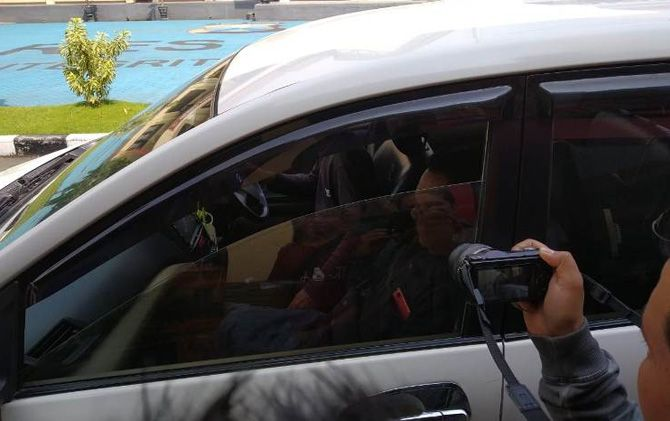 Aang Rusli Ubadillah meninggalkan ruang Satreskrim Polres Mojokerto (dalam mobil) seusai menjalani pemeriksaan perihal dugaan kasus penipuan CPNS.